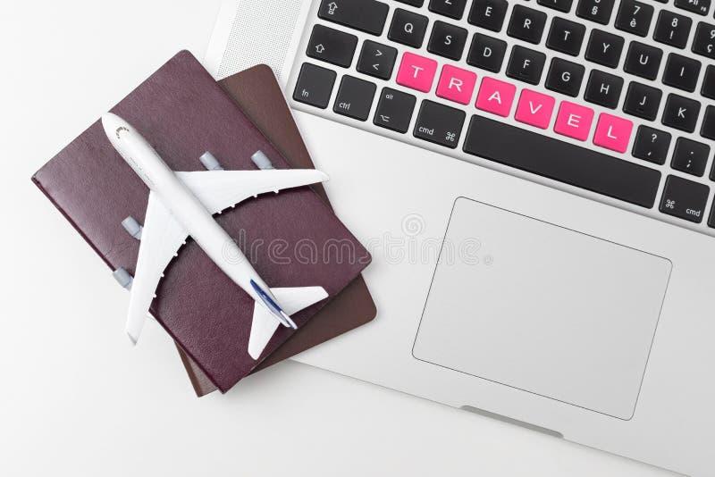 Pass, modell för vit nivå och datorbärbar dator på vit bakgrund lopp-, visum- och semesterbegrepp arkivbilder