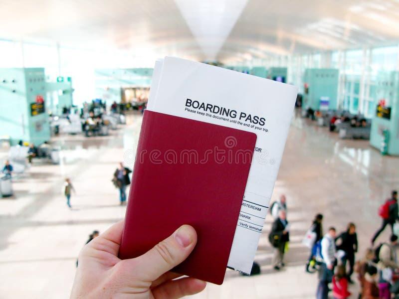 Pass och logipasserande som väntar på ett flyg i en flygplats royaltyfri foto