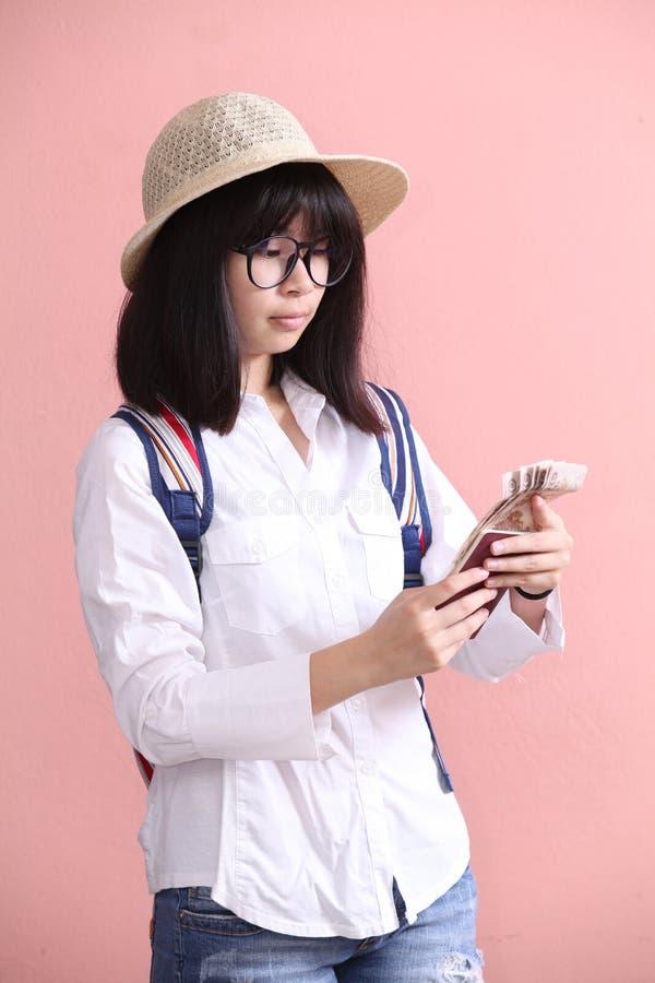 Pass och sedel för asiatisk flicka hållande fotografering för bildbyråer