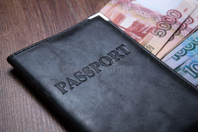 Pass på en tabell med pappers- pengar royaltyfri foto