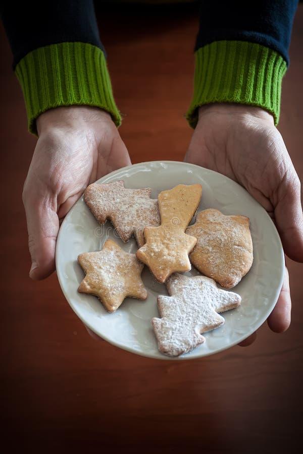 Passa i biscotti d'offerta di Natale della donna immagini stock libere da diritti