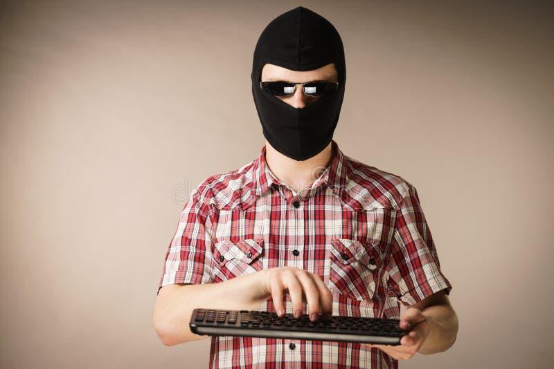 Passa-montanhas vestindo do homem que guarda o teclado foto de stock royalty free