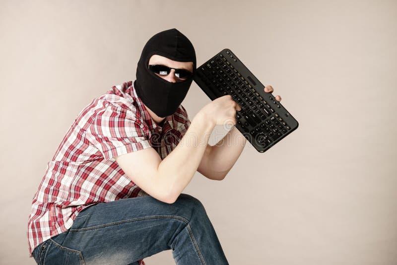 Passa-montanhas vestindo do homem que guarda o teclado fotos de stock royalty free