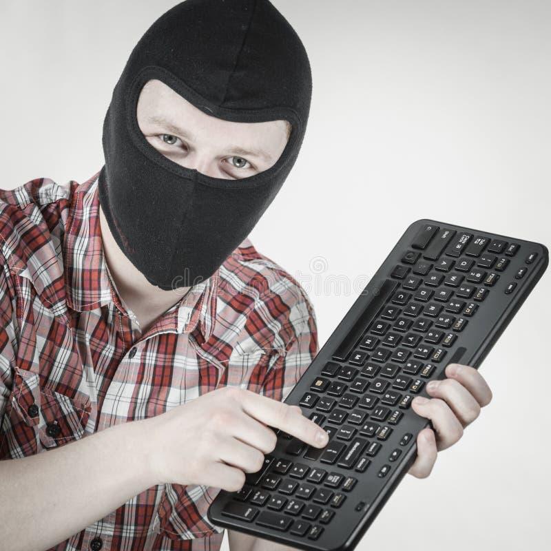 Passa-montanhas vestindo do homem que guarda o teclado imagem de stock royalty free