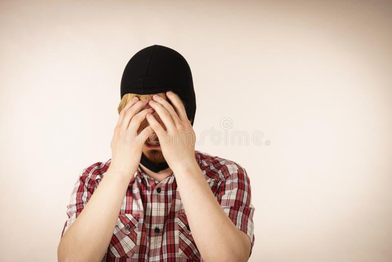 Passa-montanhas vestindo do homem triste foto de stock royalty free