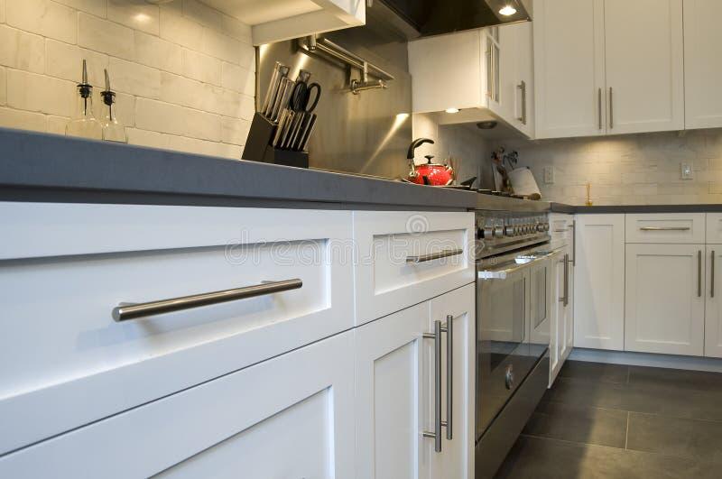 passad lyxig modern rostfritt stål för kök fotografering för bildbyråer