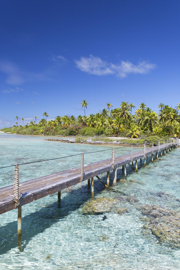 Passadiço através da lagoa, Tetamanu, Fakarava, ilhas de Tuamotu, Polinésia francesa fotos de stock royalty free