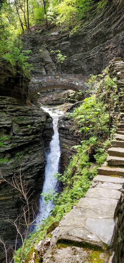 Passadiço sobre a cachoeira natural fotos de stock royalty free