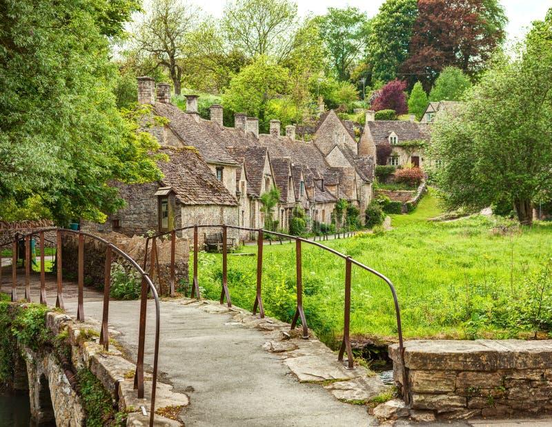Passadiço velho e casas de campo tradicionais de Cotswold, Bibury, Inglaterra, Reino Unido fotografia de stock