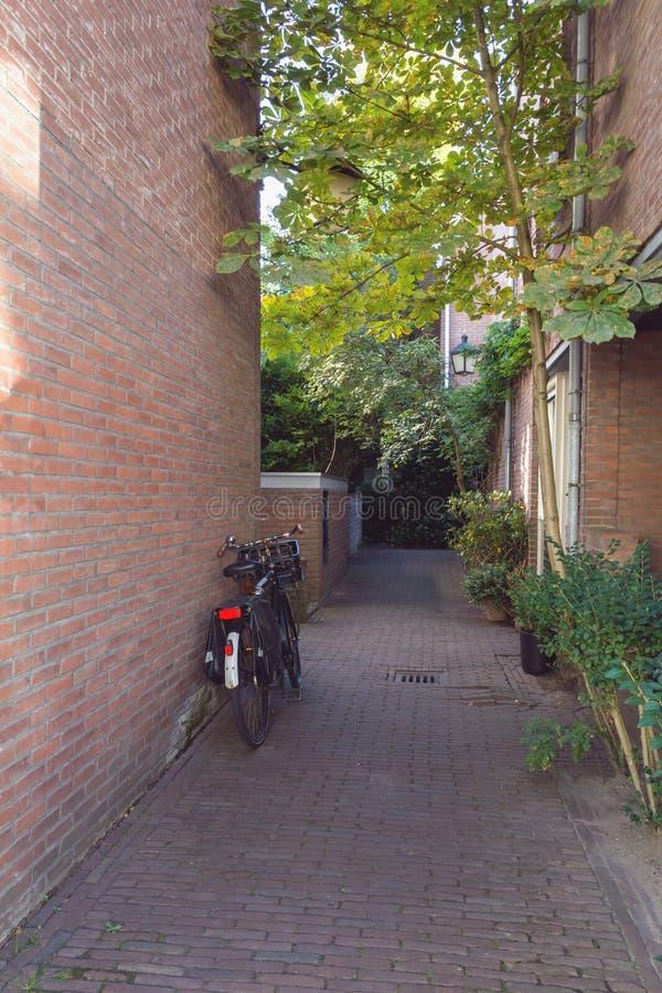 Passage à l'arrière-cour des maisons à Utrecht photos stock