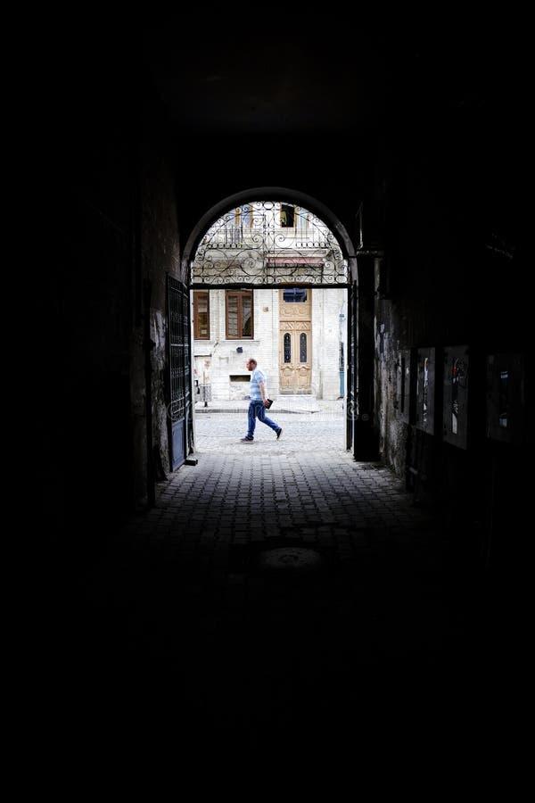 Passage à la rue avec la personne allant par image stock