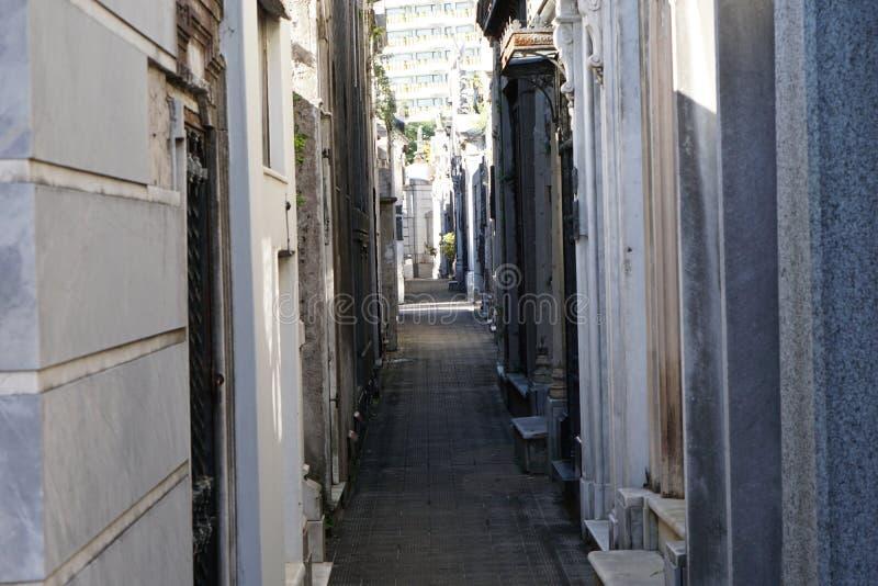 Passage étroit au cimetière dans Recoleta image libre de droits