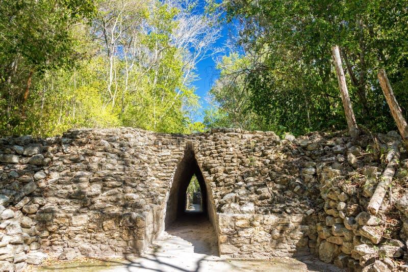 Passage étroit dans Becan, Mexique photographie stock