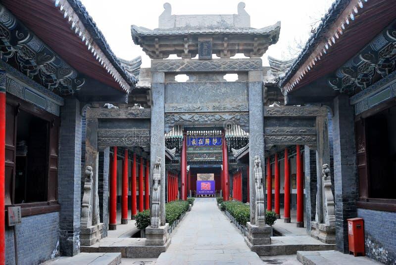 Passage arqué dans la cour d'une vieille construction chinoise photographie stock