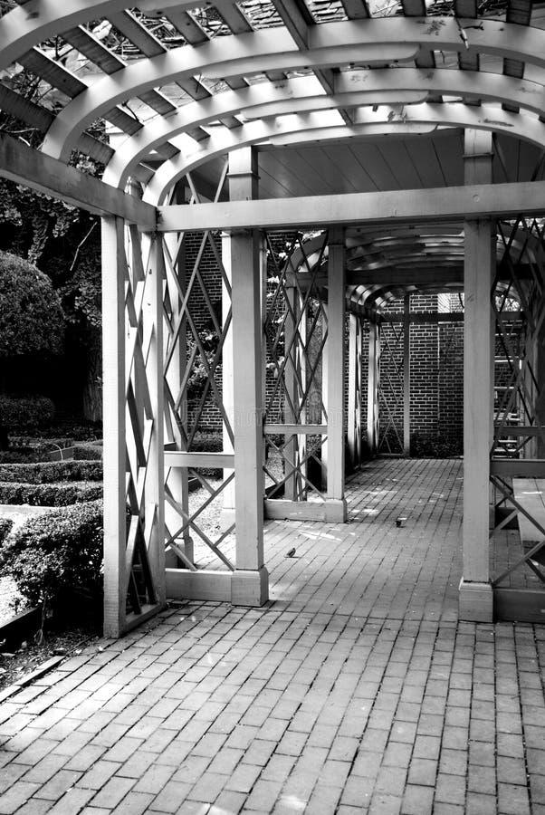 Passage arqué dans le jardin photo stock