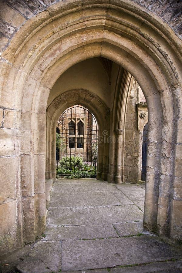 Passage arqué en pierre dans les puits, Somerset images libres de droits