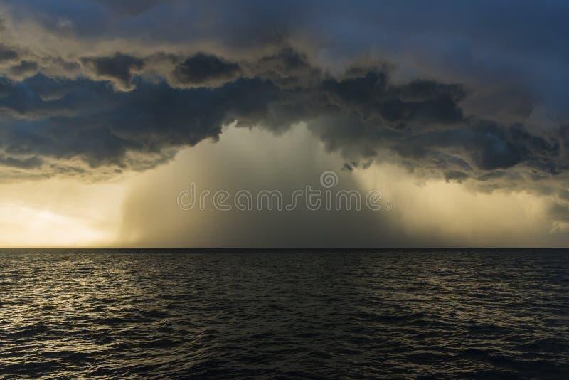 Passage avant avec l'orage Pays baltes image stock