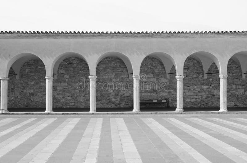 Passage couvert arqué à la basilique de St Francis à Assisi, AIE images libres de droits