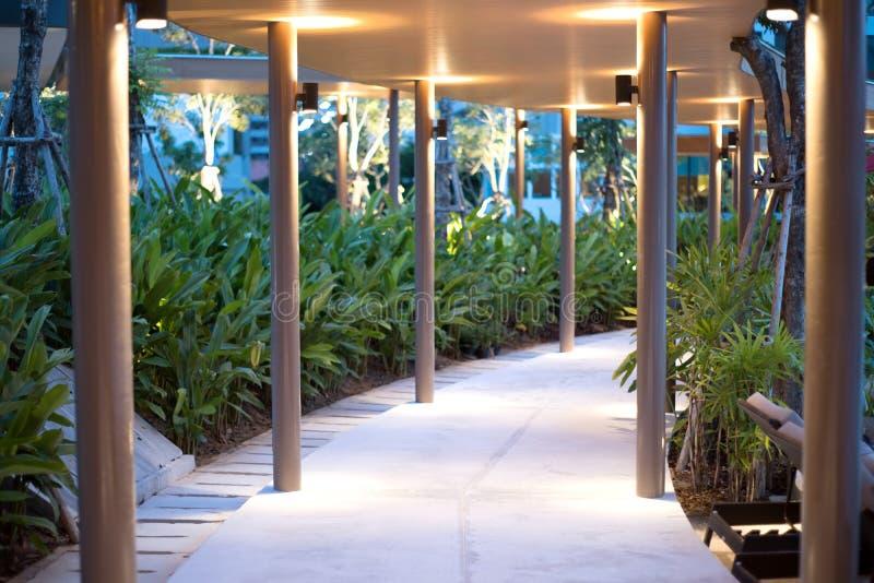 Passage couvert au chemin d'éclairage de nuit pour des promenades dans l'hôtel photo stock