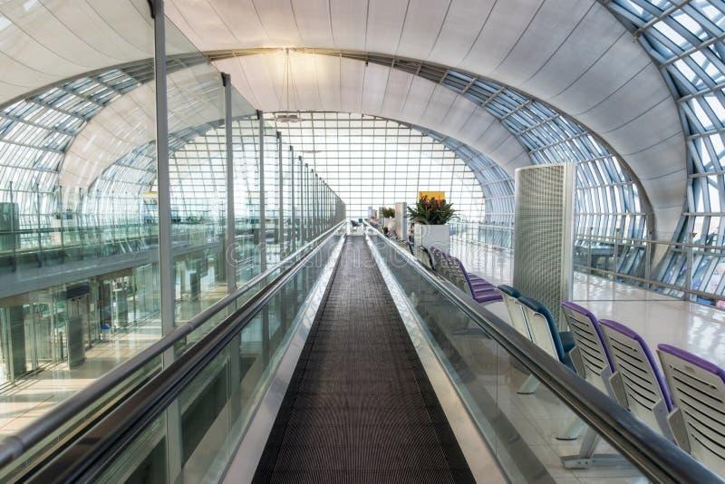 Passage couvert automatique d'escalator à affronter et conception intérieure moderne image libre de droits