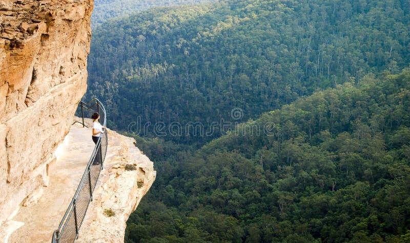 Passage couvert bleu de montagnes images stock
