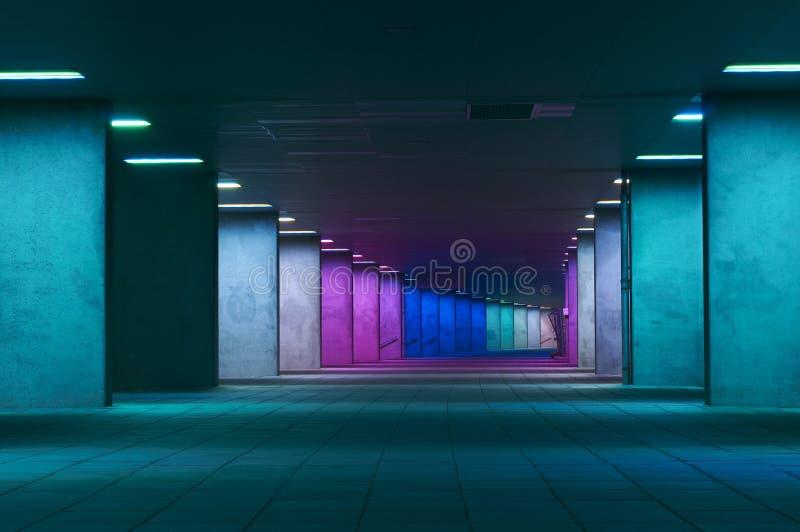 Passage couvert coloré la nuit dans la ville de Rotterdam image libre de droits