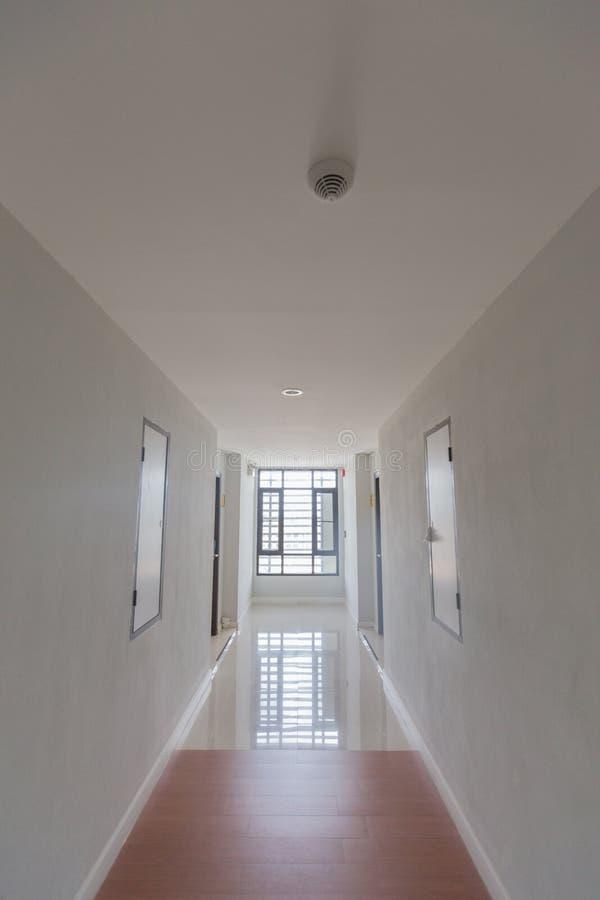 Passage couvert dans l'hôtel, passage couvert en gros plan, passage couvert au foyer choisi d'hôtel ou trouble pour le fond image libre de droits