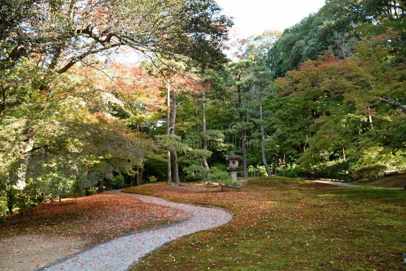 Passage couvert dans le jardin de Yoshikien, Nara photographie stock libre de droits
