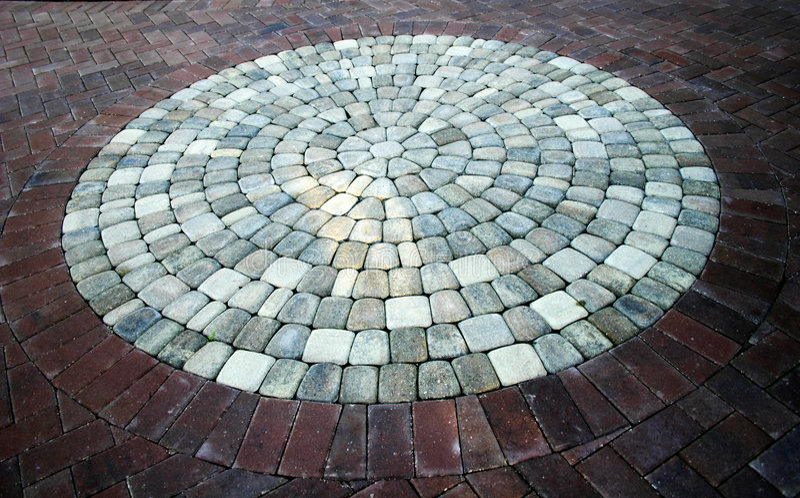 Passage couvert de circulaire de brique et de pierre images libres de droits