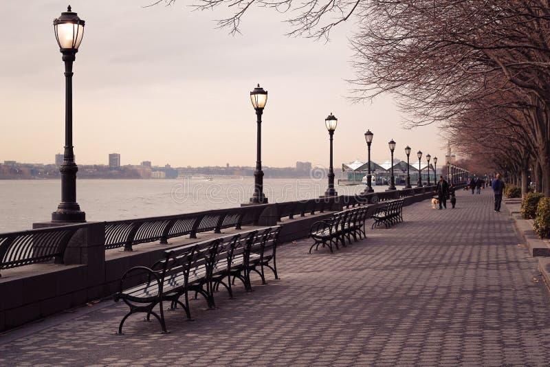 Passage couvert de parc à Manhattan le long de la rivière images stock
