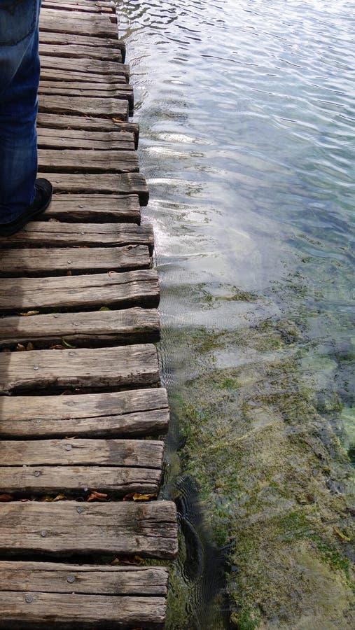 Passage couvert en bois au-dessus de lac clair, Plitvice, Croatie photo libre de droits