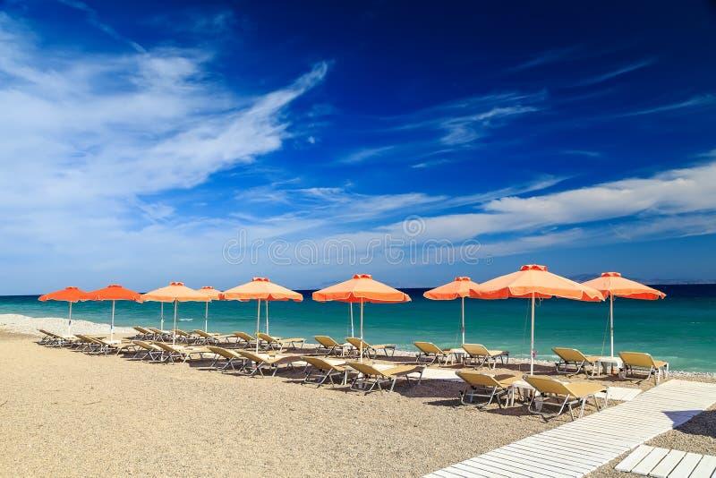 Passage couvert en bois blanc sur la plage comprenant des parapluies avec des chaises de plate-forme Mer Égée La Grèce Rhodes cai images libres de droits