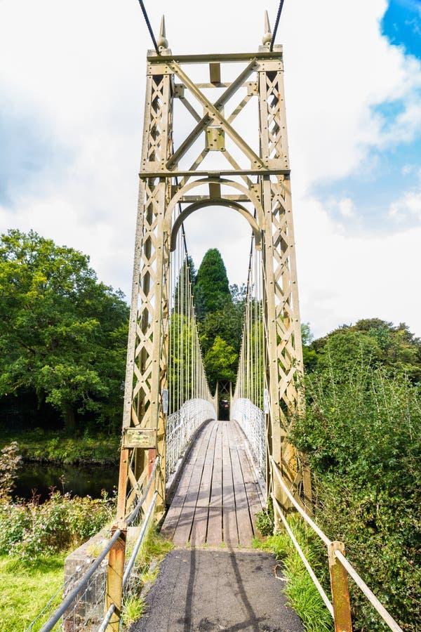 Passage couvert en bois de pont suspendu photo stock