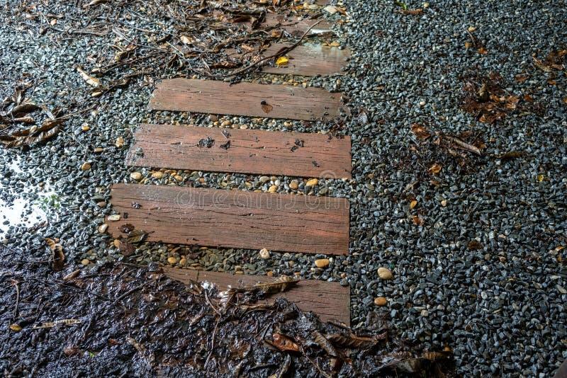 Passage couvert en bois de progression dans la pierre grise de roche photo libre de droits