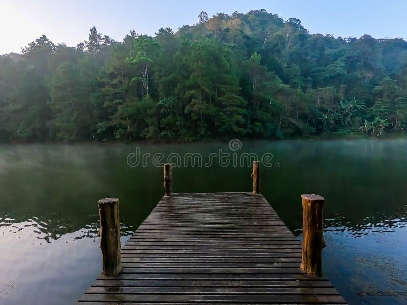 passage couvert en bois vide avec le lac photographie stock libre de droits