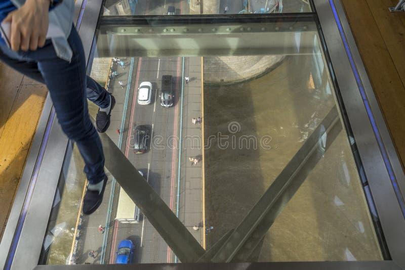 Passage couvert en verre de plancher de pont de tour images stock