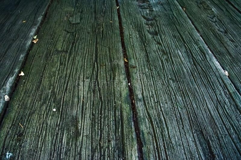 Passage couvert fait de lamelles en bois images stock