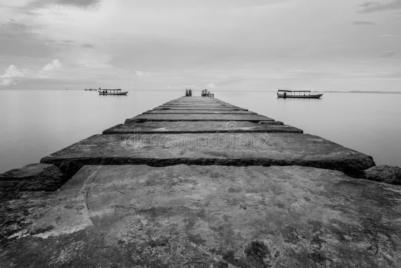 Passage couvert menant dans la mer à la plage d'Otres au Cambodge images libres de droits