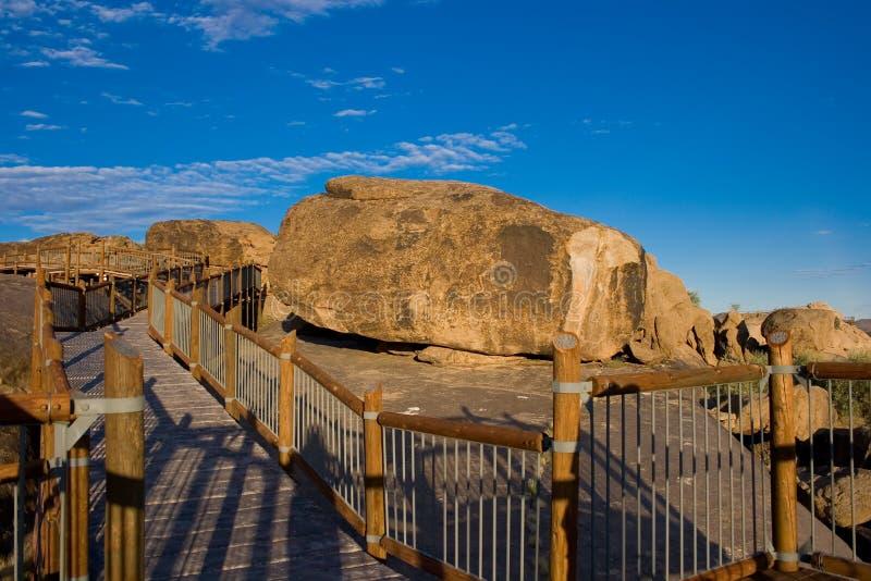 Passage couvert parmi des rochers photos libres de droits