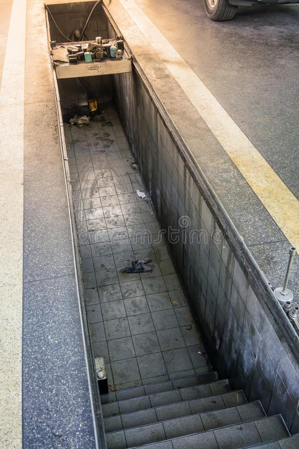 Passage couvert souterrain pour le changement et l'entretien d'huile à moteur de voiture image libre de droits