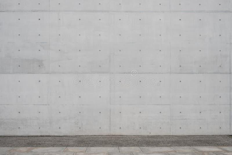 Passage couvert/trottoir et fond exposé de mur en béton image stock