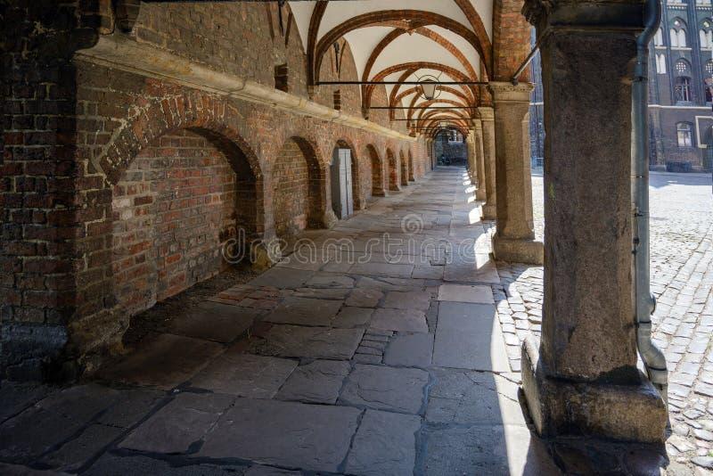 Passage d'arcade dans l'arrière-cour de la cathédrale Marienkirche allemand de St Mary et de l'hôtel de ville dans la vieille vil photos stock