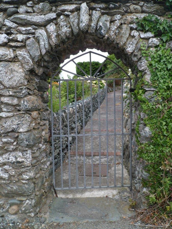 Passage de jardin de château photographie stock