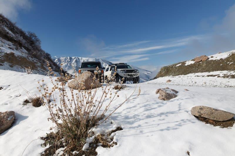 passage de montagne couvert de neige avec deux SUV photos libres de droits