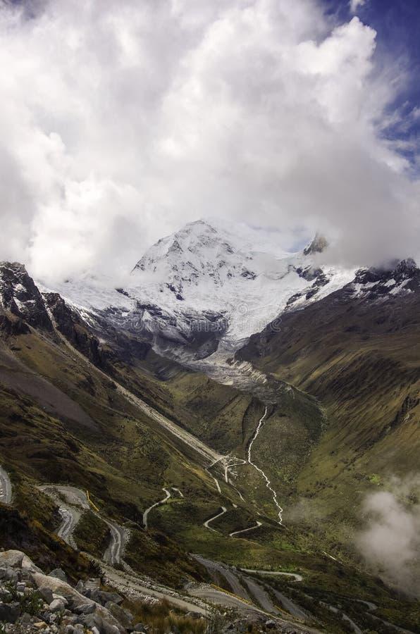 Passage de montagne en parc national de Huascaran, avec le bâti a de Huascaran photos libres de droits