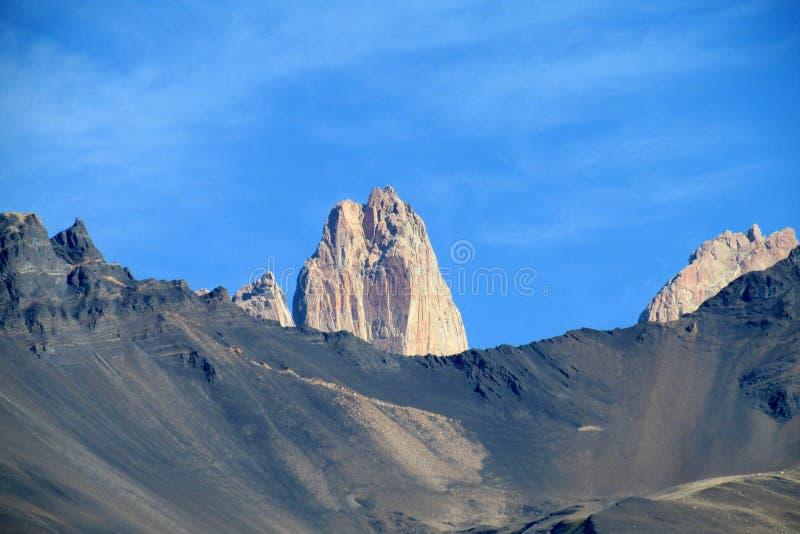 Passage de montagne rocheuse au parc national de Torres del Paine au Chili photos stock