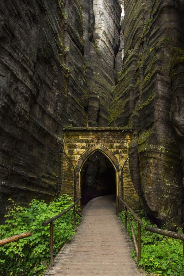 Passage in de rotsachtige stad stock afbeelding