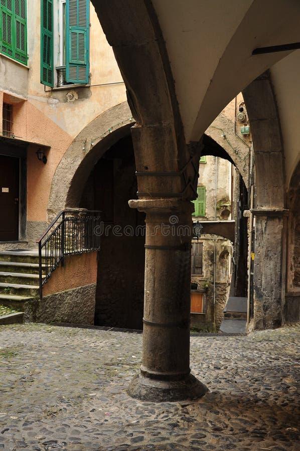 Passage de ruelle de village, Pigna, Ligurie, Italie image stock