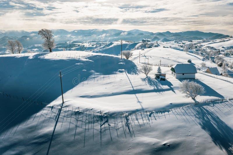 Passage de son de Rucar en Roumanie et le village traditionnel Sirnea couvert de neige images libres de droits