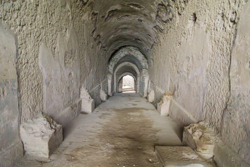 Passage die tot amphitheatre in Pompei, Italië leiden royalty-vrije stock foto